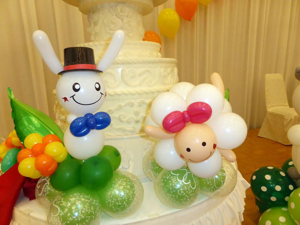 ケーキの前にヒツジとうさぎのバルーン