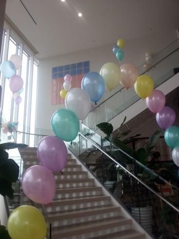 階段をバルーンデコレーション