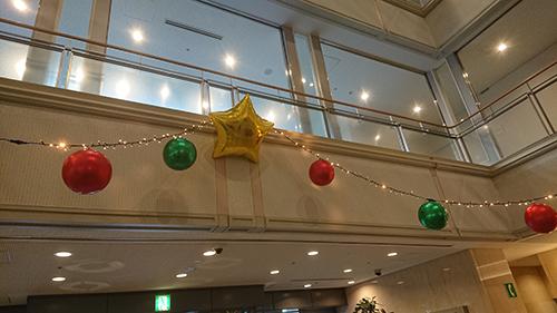 イルミネーションと 星のバルーンと赤と緑のバルーン